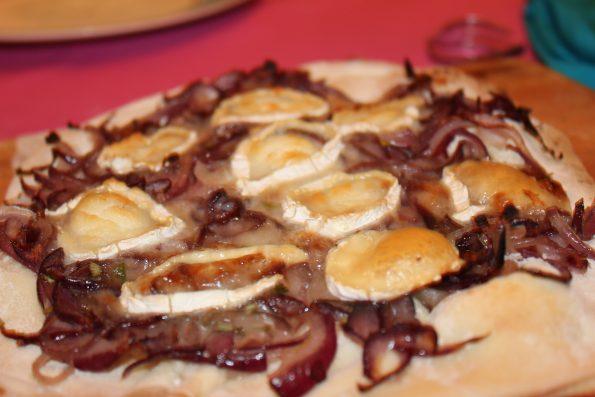 Pizza rote Zwiebel Ziegenkäse